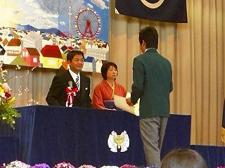 田所校長先生から卒業証書授与