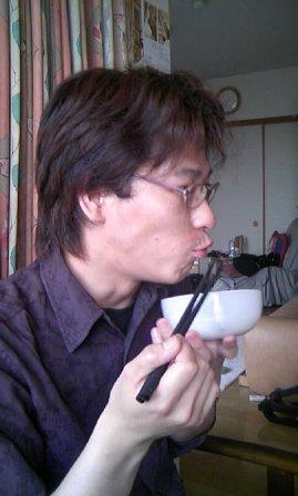 サラダを食べる山田さん