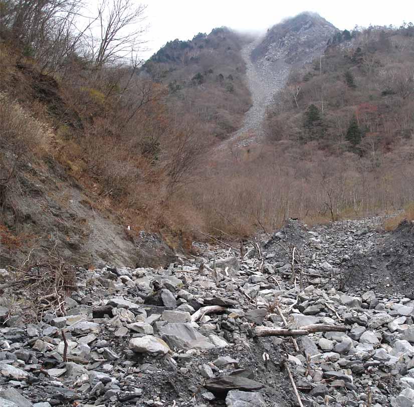 大谷崩れ下部ゴーロ帯から見上げる上部