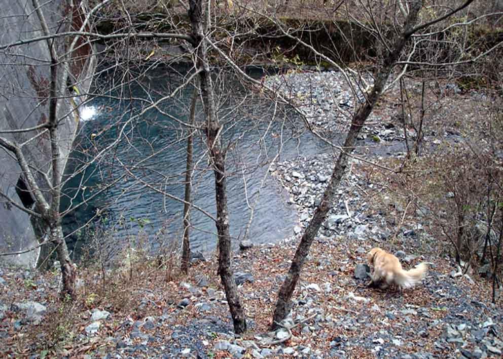 第1堰堤から急なザレを下降