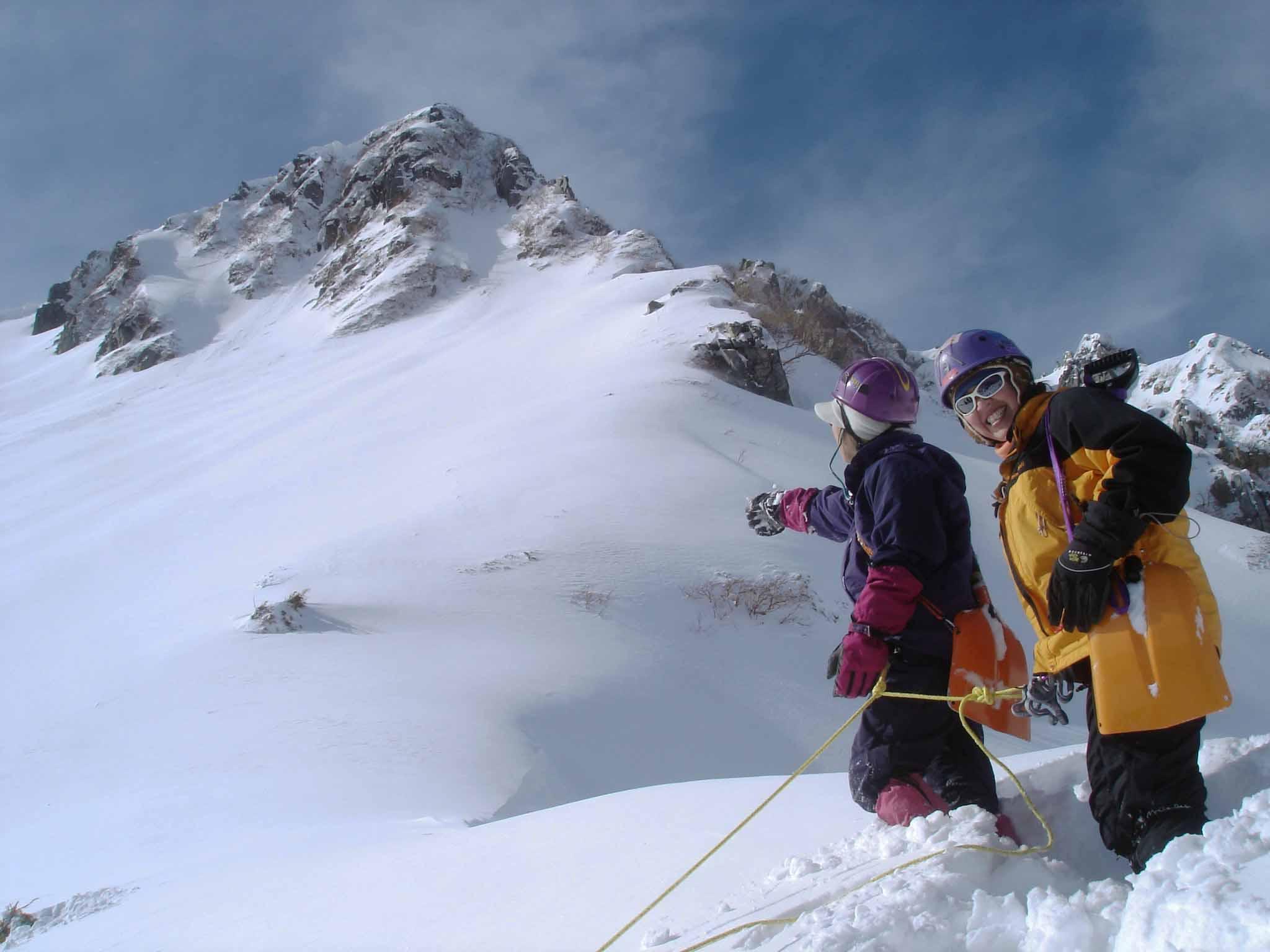 ビレイをとって雪庇を掘り出す DSC05517