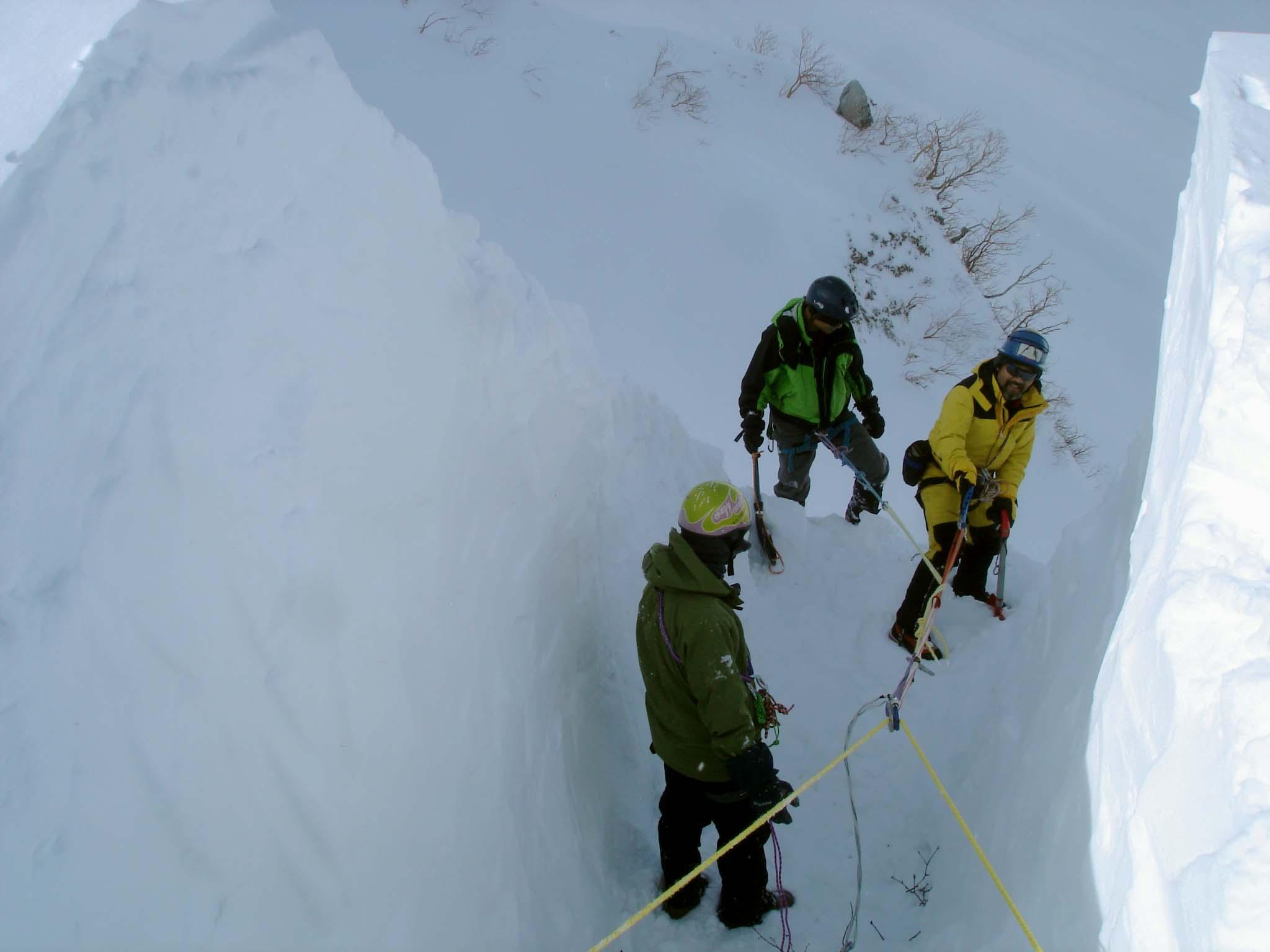 上部の雪庇掘り出し DSC05551