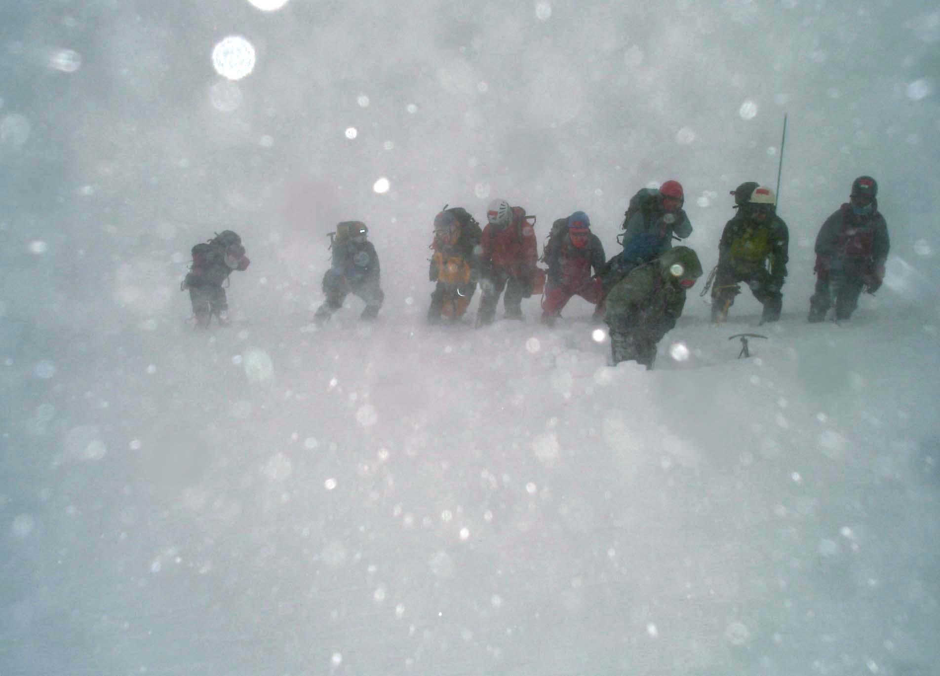 2月13日雪庇観察のために移動するも猛烈な風と地吹雪