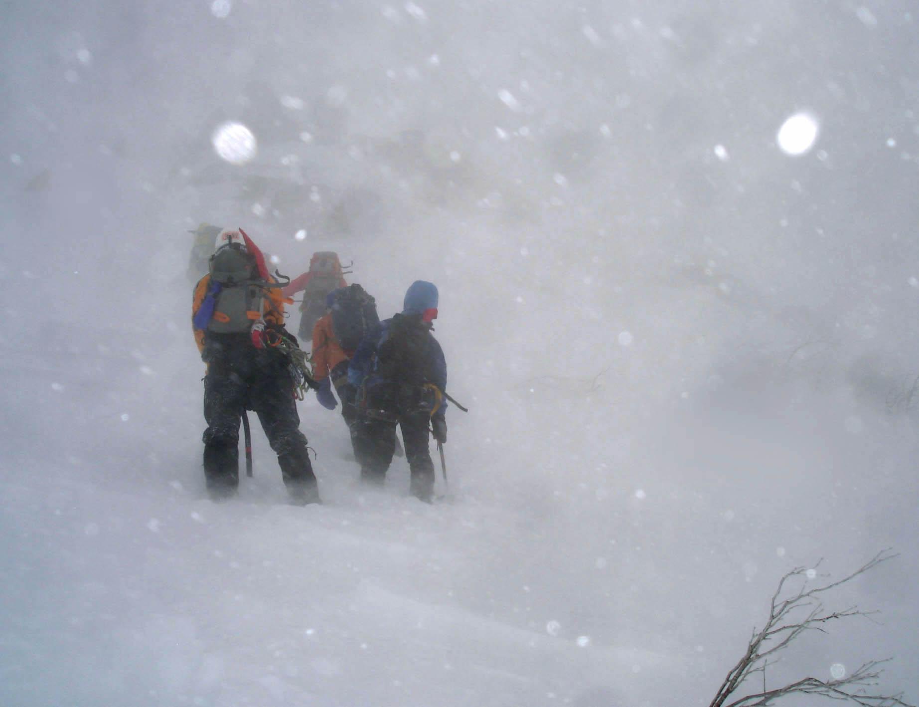 雪庇観察のために支稜線に向かって登るが・・・