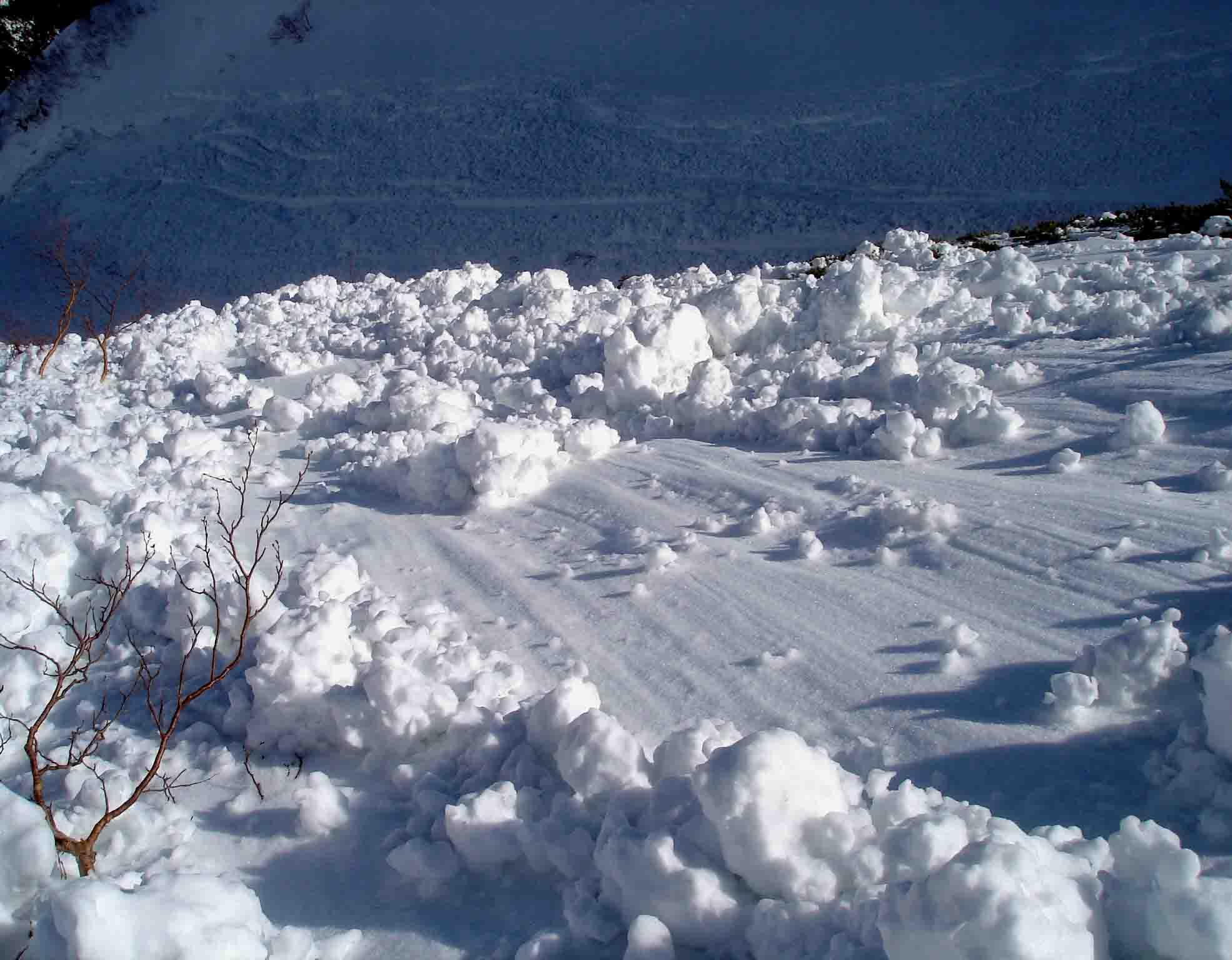 雪面を流れる雪塊(跡) DSC05732