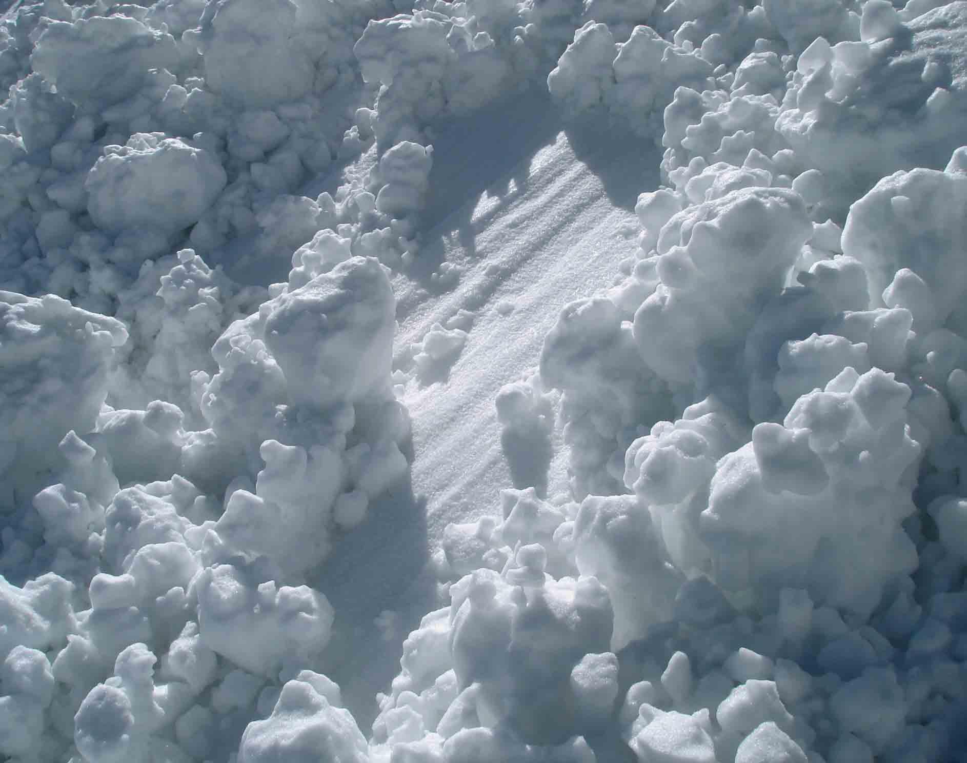 雪塊の一部が雪面を流れた跡 DSC05728