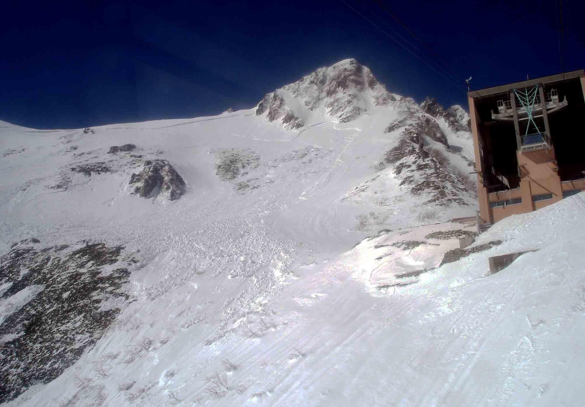 下りケーブルからみる雪崩跡 DSC06017