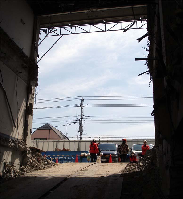 ①建物をくり貫いたトンネル