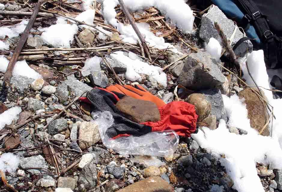 遭難者の遺留品と見られる手袋