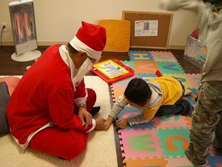 サンタさんと腕相撲