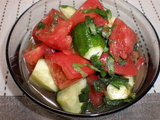 トマトとキュウリの簡単サラダ