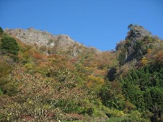 男体山の岸壁と紅葉