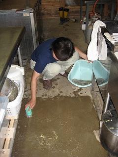 厨房の床掃除