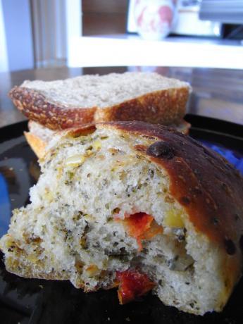 ドライトマトとバジルのパン-1