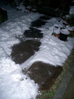 飛び石の雪かき