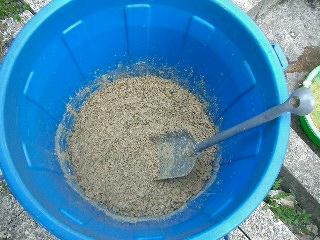 水、ヨーグルトなどを入れてよく混ぜ合わせます