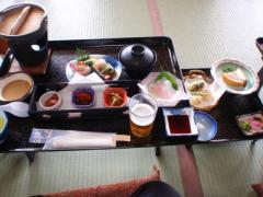 昼食は温泉旅館でした