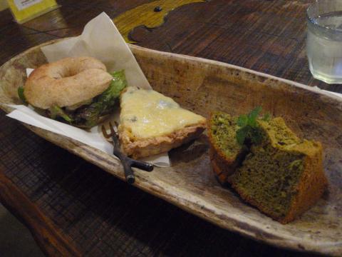 カマンベールチーズのベーグルサンド、玄米キッシュ、緑茶のシフォンケーキ