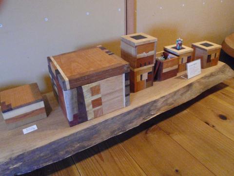 なにやら面白そうな木箱が並んでいます