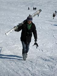 スキーを背負って