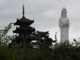 観音像と三重の塔の景色