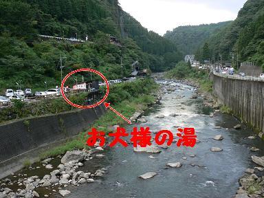 川沿いにあります
