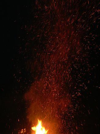 空に舞う火の粉