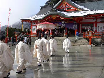 神社の中へ