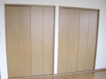 寝室には収納が2箇所でタップリ入ります。
