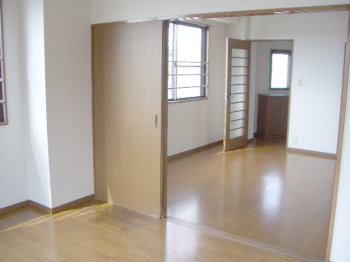 LDK10.5帖と寝室7.6帖は引戸でつながってます。引戸を外せば18.1帖のワンルームとしても使えます。