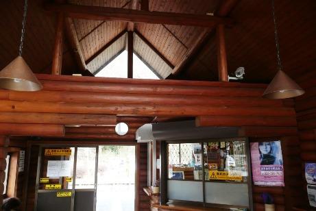 ログハウス調な駅舎