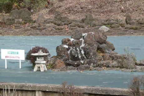 ホーム前のミニ袋田の滝