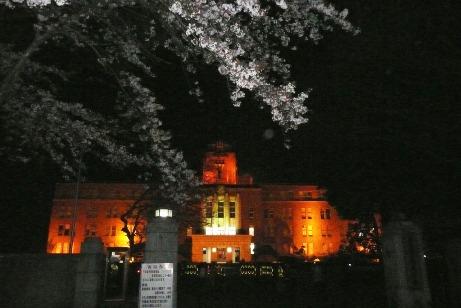 ライトアップされた県三の丸庁舎