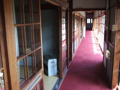 昭和初期を思わせる長い廊下
