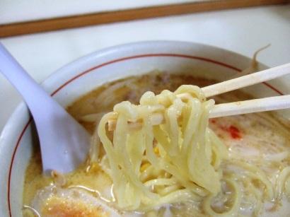自家製の平打ち中太麺