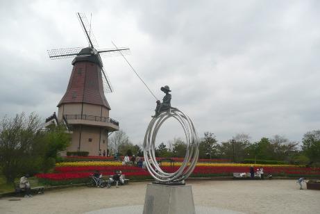 「光の輪のむこうに」の記念碑と風車