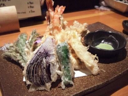 ボリューム満点で、塩で頂く海老とサヨリの天ぷら