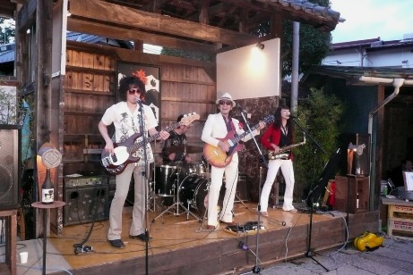 The PERMANENTSによるロックの演奏