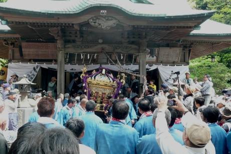 社殿を出る神輿