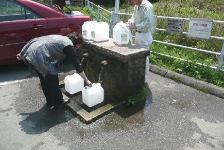木の根坂湧水水汲み場