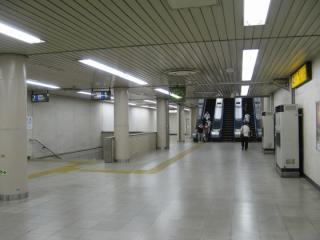 地下3階改札内コンコース(エスカレータ・階段接続階)