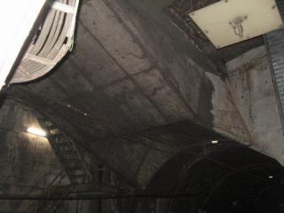 横須賀線新橋駅のホーム端の天井。斜めに突き出しているコンクリートが隣接するシールドトンネルの送風ダクト。