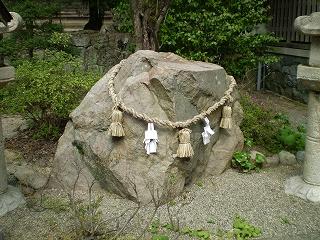 物部神社腰掛石
