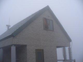 船形山の山頂避難小屋