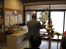 神前にて無事を祈願する松本副会長