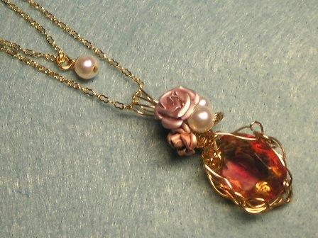 陽だまりのバラのネックレス