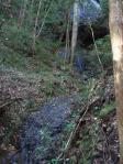 穴滝(小さな滝だけど、チャンと入り口に灯篭が立ってる 橋まである