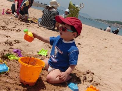 砂と戯れる