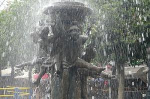 フザケタ噴水の彫刻