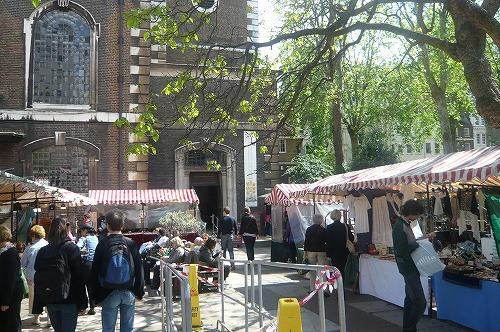 教会前のアンティークマーケット